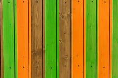 Σύγχρονες ξύλινες σανίδες που χρωματίζονται στις ζωηρόχρωμες γραμμές Στοκ εικόνες με δικαίωμα ελεύθερης χρήσης