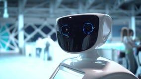 Σύγχρονες ρομποτικές τεχνολογίες Το ρομπότ εξετάζει τη κάμερα στο πρόσωπο Το ρομπότ παρουσιάζει συγκινήσεις φιλμ μικρού μήκους