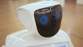 Σύγχρονες ρομποτικές τεχνολογίες Το ρομπότ εξετάζει τη κάμερα στο πρόσωπο Το ρομπότ παρουσιάζει συγκινήσεις Αυξάνει τα χέρια του  φιλμ μικρού μήκους