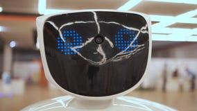 Σύγχρονες ρομποτικές τεχνολογίες Το ρομπότ εξετάζει τη κάμερα στο πρόσωπο Το ρομπότ παρουσιάζει συγκινήσεις Αυξάνει τα χέρια του  απόθεμα βίντεο