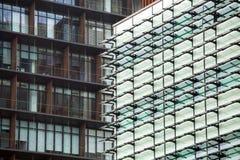 Σύγχρονες σκιαγραφίες γυαλιού στο σύγχρονο κτήριο Στοκ φωτογραφία με δικαίωμα ελεύθερης χρήσης