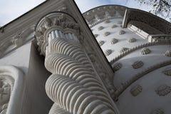 Σύγχρονες σπειροειδείς στήλες ύφους οικοδόμησης τεμαχίων Στοκ Φωτογραφία