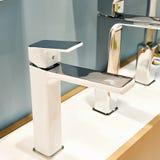 Σύγχρονες στρόφιγγες για washbasin και το νεροχύτη Στοκ Εικόνες