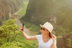 Σύγχρονες τεχνολογία και επικοινωνία Να είστε σε ανοικτή γραμμή στο ταξίδι πεζοπορία και να πραγματοποιήσει οδοιπορικό της έννοια στοκ φωτογραφίες με δικαίωμα ελεύθερης χρήσης