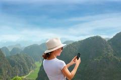Σύγχρονες τεχνολογία και επικοινωνία Να είστε σε ανοικτή γραμμή στο ταξίδι Νέα γυναίκα που χρησιμοποιεί το smartphone στοκ εικόνα