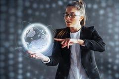 Σύγχρονες τεχνολογίες, έννοια Διαδικτύου και δικτύων - το άτομο στα επιχειρησιακά ενδύματα, πιέζει το κουμπί Στοκ φωτογραφία με δικαίωμα ελεύθερης χρήσης