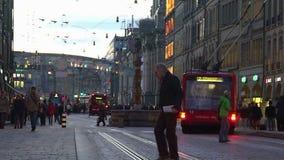 Σύγχρονες φιλικές προς το περιβάλλον δημόσιες συγκοινωνίες που κινούνται στη συσσωρευμένη οδό πόλεων φιλμ μικρού μήκους