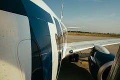 Σύγχρονες φτερό αεροσκαφών και προσγείωση μερών ατράκτων που απογειώνονται από το μ στοκ φωτογραφίες
