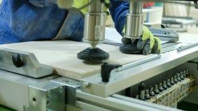 Σύγχρονες CNC τρύπες τρυπανιών μηχανών διατρήσεων στους ξύλινους πίνακες, εργοστάσιο επίπλων, παραγωγή επίπλων, ρηχό βάθος απόθεμα βίντεο
