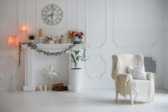 Σύγχρονη άσπρη εσωτερική έννοια: άσπρο δωμάτιο με τη διακοσμητική εστία, mantelpiece, τις εγκαταστάσεις, το μεγάλο ρολόι στον τοί στοκ εικόνες με δικαίωμα ελεύθερης χρήσης