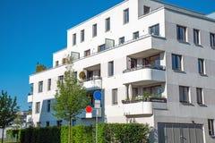 Σύγχρονη άσπρη κατοικημένη κατασκευή Στοκ φωτογραφία με δικαίωμα ελεύθερης χρήσης