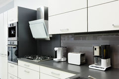 Σύγχρονη άσπρη κουζίνα, καθαρό εσωτερικό σχέδιο Στοκ Εικόνες