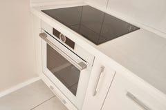 Σύγχρονη άσπρη κουζίνα με την επαγωγή cooktop στοκ φωτογραφίες με δικαίωμα ελεύθερης χρήσης