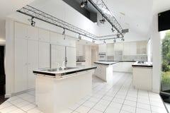 Σύγχρονη άσπρη κουζίνα Στοκ φωτογραφίες με δικαίωμα ελεύθερης χρήσης
