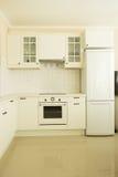 Σύγχρονη άσπρη κουζίνα Στοκ εικόνες με δικαίωμα ελεύθερης χρήσης