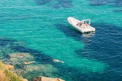Σύγχρονη λέμβος πολυτέλειας στην τυρκουάζ θάλασσα με το σαφές μπλε νερό στοκ εικόνες