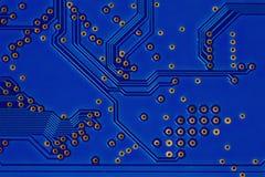 Σύγχρονη έννοια τεχνολογίας υλικού ύφους με τον μπλε πίνακα κυκλωμάτων Μακρο πορείες και ίχνος τσιπ άποψης ηλεκτρονικά συγκολλώντ Στοκ Φωτογραφίες