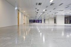 Σύγχρονη αίθουσα στην οικοδόμηση στοκ φωτογραφία
