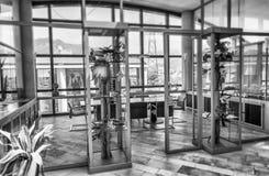 Σύγχρονη αίθουσα συνεδριάσεων χρυσή ιδιοκτησία βασικών πλήκτρων επιχειρησιακής έννοιας που φθάνει στον ουρανό Στοκ εικόνα με δικαίωμα ελεύθερης χρήσης
