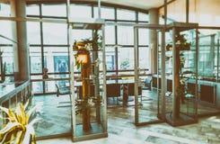 Σύγχρονη αίθουσα συνεδριάσεων χρυσή ιδιοκτησία βασικών πλήκτρων επιχειρησιακής έννοιας που φθάνει στον ουρανό Στοκ Εικόνες