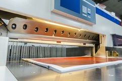 Σύγχρονη λαιμητόμος εγγράφου με την οθόνη αφής που χρησιμοποιείται στην εμπορική βιομηχανία εκτύπωσης Στοκ εικόνα με δικαίωμα ελεύθερης χρήσης