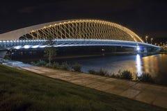 Σύγχρονη αναμμένη γέφυρα στη νύχτα Στοκ Φωτογραφίες