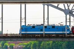 Σύγχρονη ανοικτό μπλε ηλεκτρική ατμομηχανή του τραίνου στη γέφυρα στοκ εικόνες