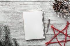Σύγχρονη απλή ρύθμιση βιβλίων στο άσπρο υπόβαθρο, για τα Χριστούγεννα, με το λευκό πίνακα μηνυμάτων Στοκ Φωτογραφία