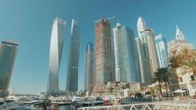 Σύγχρονη αποβάθρα πρόσδεσης γιοτ στη μαρίνα του Ντουμπάι και ουρανοξύστες στην ηλιόλουστη ημέρα απόθεμα βίντεο