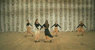 Σύγχρονη απόδοση χορού των χορευτών στο στάδιο Μπροστινή όψη απόθεμα βίντεο