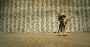 Σύγχρονη απόδοση χορού των χορευτών στο στάδιο Μπροστινή όψη φιλμ μικρού μήκους