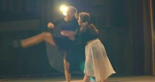 Σύγχρονη απόδοση χορού των χορευτών στο στάδιο υποστηρίξτε την όψη φιλμ μικρού μήκους