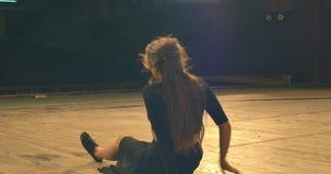 Σύγχρονη απόδοση χορού των χορευτών στο στάδιο υποστηρίξτε την όψη Πηγαίνετε μακριά απόθεμα βίντεο