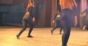 Σύγχρονη απόδοση χορού των χορευτών στο στάδιο υποστηρίξτε την όψη απόθεμα βίντεο