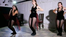 Σύγχρονη απόδοση χορού τεσσάρων χορευτών απόθεμα βίντεο