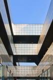 Σύγχρονη αρχιτεκτονική ενάντια σε έναν μπλε ουρανό στο Πεκίνο Sanlitun το χωριό στοκ φωτογραφία με δικαίωμα ελεύθερης χρήσης