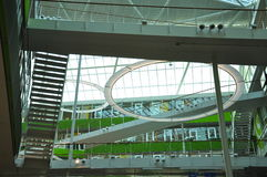 Σύγχρονη αρχιτεκτονική, εσωτερικό διαστημικό σχέδιο οικοδόμησης Στοκ φωτογραφία με δικαίωμα ελεύθερης χρήσης