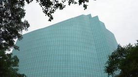 Σύγχρονη αρχιτεκτονική κτιρίου γραφείων, υψηλός ουρανοξύστης γυαλιού στην ημέρα στο υπόβαθρο ουρανού φιλμ μικρού μήκους