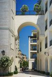 Σύγχρονη αρχιτεκτονική οδών της περιοχής πολυτέλειας σε Tivat - το Πόρτο Μαυροβούνιο Στοκ Εικόνες