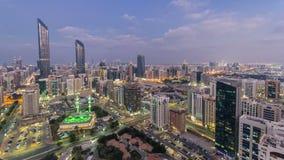 Σύγχρονη αρχιτεκτονική πόλεων της ημέρας οριζόντων του Αμπού Ντάμπι στη νύχτα timelapse, Ε.Α.Ε. απόθεμα βίντεο