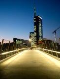 Σύγχρονη αρχιτεκτονική στο Μιλάνο στο σούρουπο Στοκ εικόνα με δικαίωμα ελεύθερης χρήσης