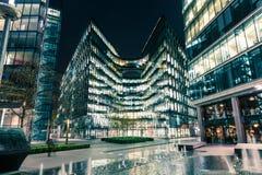 Σύγχρονη αρχιτεκτονική τη νύχτα σε Riverbank στο Λονδίνο Στοκ φωτογραφία με δικαίωμα ελεύθερης χρήσης