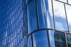 Σύγχρονη αρχιτεκτονική των κτιρίων γραφείων Ένας ουρανοξύστης από το γυαλί και μέταλλο υπό μορφή κυρτού κύματος θέμα απεικόνισης  στοκ φωτογραφία με δικαίωμα ελεύθερης χρήσης