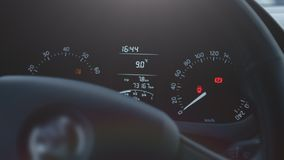 Σύγχρονη αυτοκινητική φωτισμένη έλεγχος επίδειξη ταχύτητας επιτροπής ταμπλό αυτοκινήτων απόθεμα βίντεο