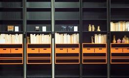 Σύγχρονη βιβλιοθήκη με τα βιβλία και τις διακοσμήσεις Στοκ εικόνες με δικαίωμα ελεύθερης χρήσης