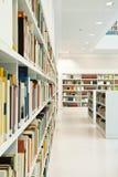 Σύγχρονη βιβλιοθήκη Στοκ φωτογραφία με δικαίωμα ελεύθερης χρήσης