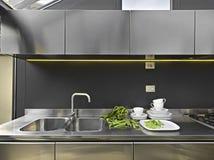 σύγχρονη βρύση χάλυβα καταβοθρών κουζινών Στοκ Φωτογραφίες