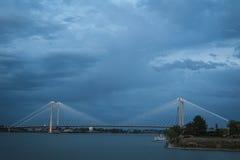 Σύγχρονη γέφυρα καλωδίων πέρα από τον ποταμό της Κολούμπια Στοκ Εικόνες