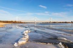 Σύγχρονη γέφυρα πέρα από τον παγωμένο ποταμό Στοκ εικόνα με δικαίωμα ελεύθερης χρήσης