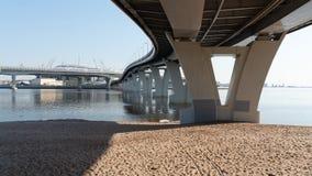 Σύγχρονη για τους πεζούς γέφυρα πέρα από τον κόλπο στη Αγία Πετρούπολη Συγκεκριμένες υποστηρίξεις γεφυρών Ρωσία στοκ εικόνες